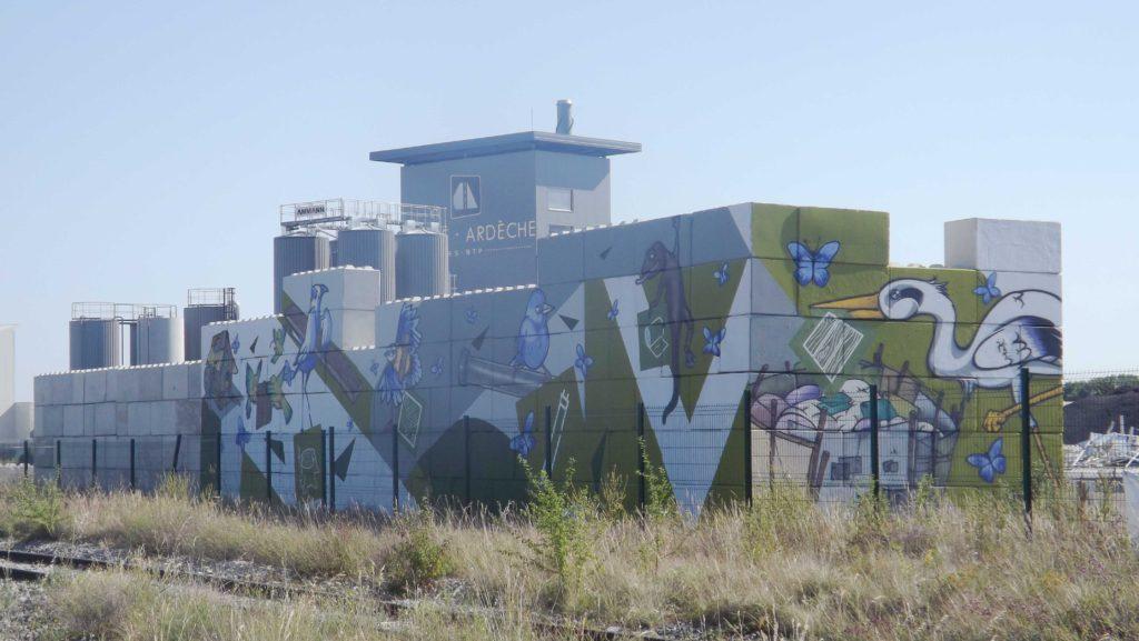 Vue d'ensemble de la fresque Valorsol Environnement réalisée par le collectif Sorry Graffiti